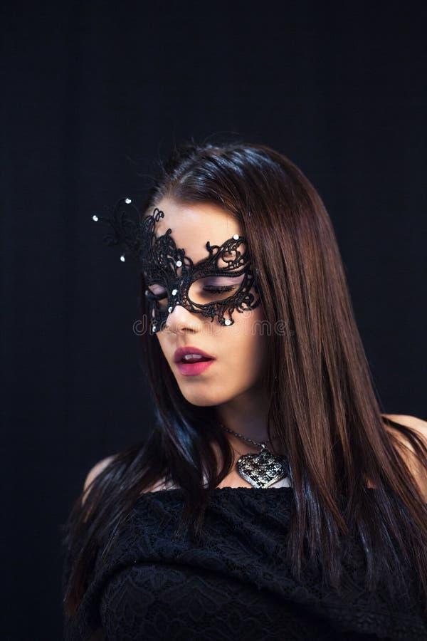 Ung mystikerkvinna som poserar i maskering arkivbilder