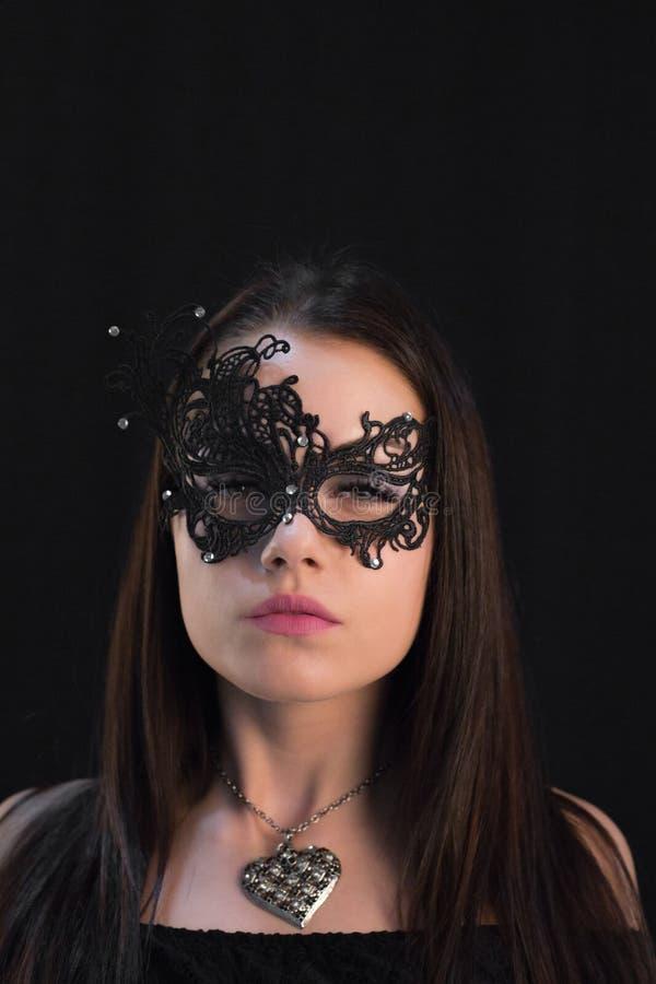 Ung mystikerkvinna som poserar i maskering royaltyfri bild