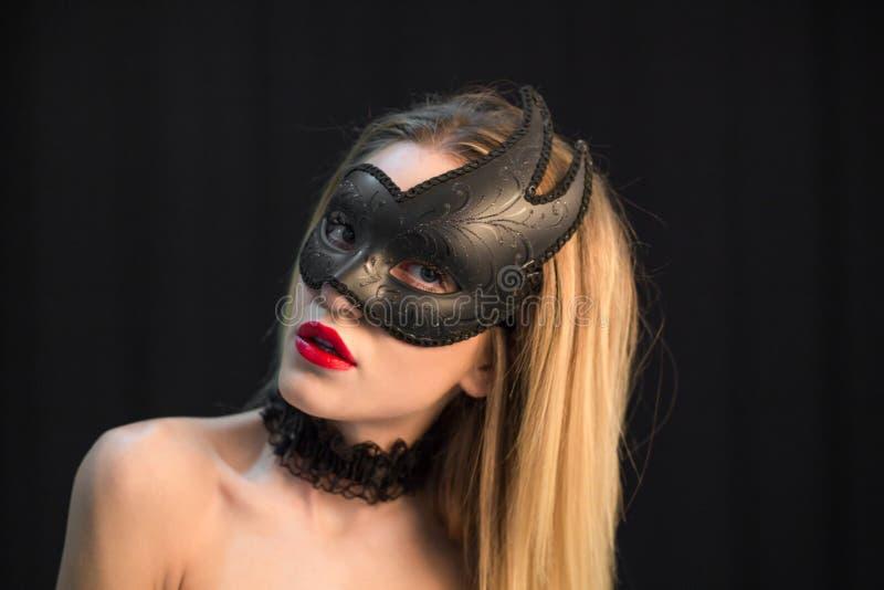 Ung mystikerkvinna som poserar i maskering royaltyfria bilder
