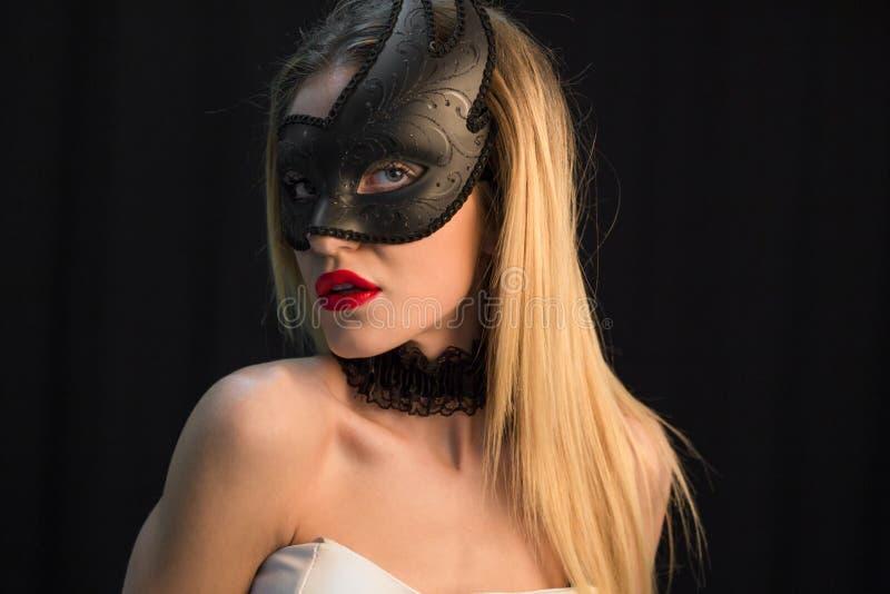 Ung mystikerkvinna som poserar i maskering fotografering för bildbyråer
