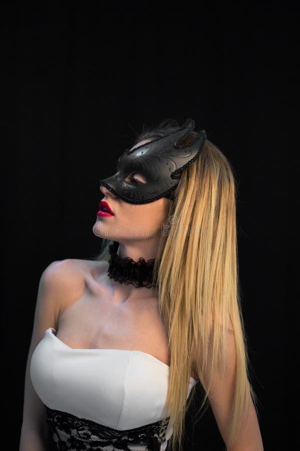 Ung mystikerkvinna som poserar i maskering royaltyfri foto