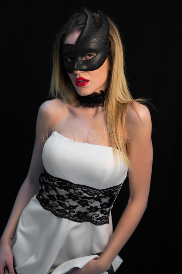 Ung mystikerkvinna som poserar i maskering arkivfoto