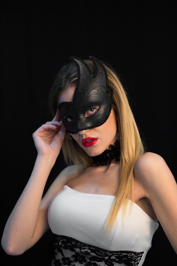 Ung mystikerkvinna som poserar i maskering royaltyfria foton
