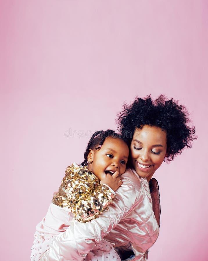 Ung nätt afrikansk amerikanmoder med litet gulligt dotterH royaltyfri foto