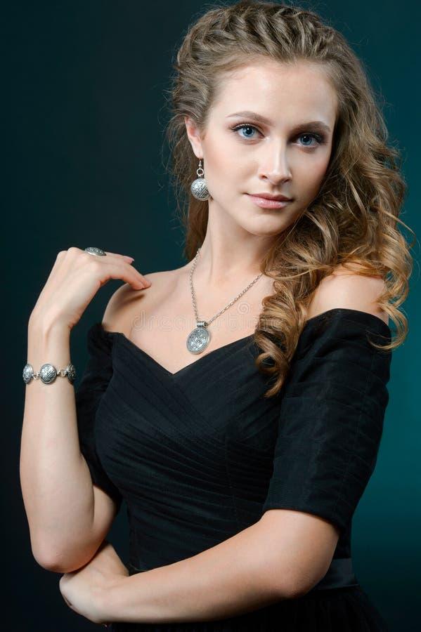 Ung nätt brunettkvinna i lyxiga smycken, livsstilde rika begrepp, slut upp royaltyfria bilder