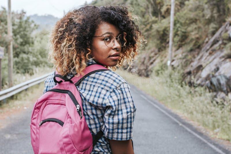 Ung nätt flicka med att gå för resväska royaltyfri fotografi