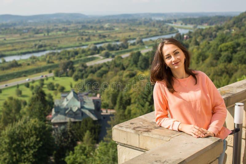 Ung nätt flicka som utomhus poserar Natur arkivbilder