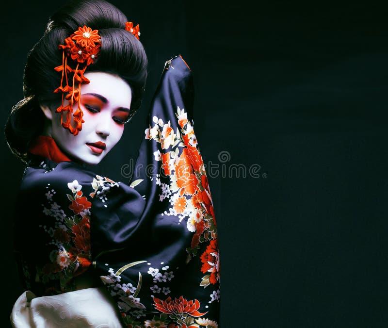 Ung nätt geisha i kimono royaltyfria bilder