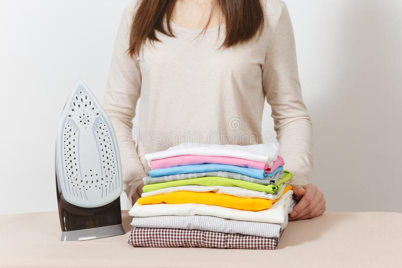 Ung nätt hemmafru Kvinna på vitbakgrund Hushållningbegrepp Kopieringsutrymme för annonsering royaltyfri bild