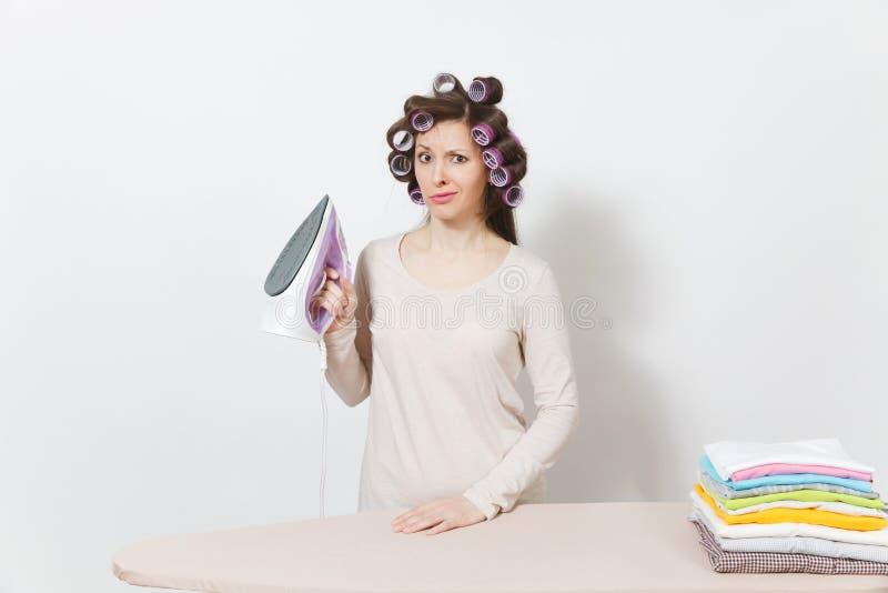 Ung nätt hemmafru Kvinna på vitbakgrund Hushållningbegrepp Kopieringsutrymme för annonsering arkivfoton