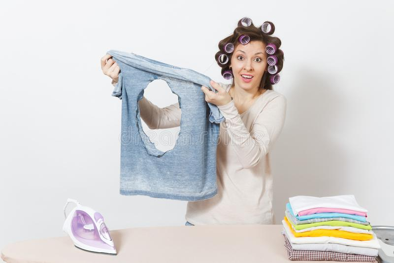 Ung nätt hemmafru Kvinna på vitbakgrund Hushållningbegrepp Kopieringsutrymme för annonsering royaltyfri fotografi
