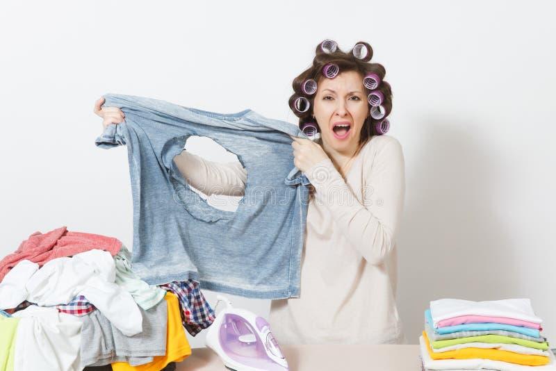 Ung nätt hemmafru Kvinna på vitbakgrund Hushållningbegrepp Kopieringsutrymme för annonsering royaltyfri foto