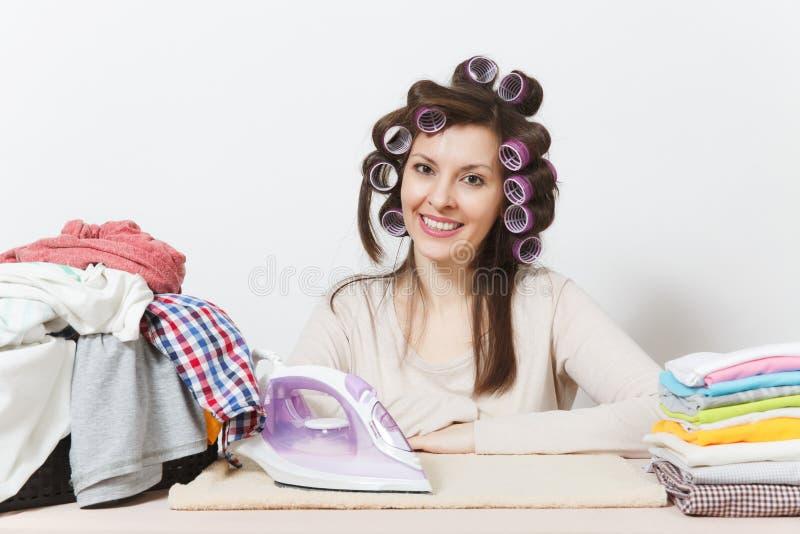 Ung nätt hemmafru Kvinna på vitbakgrund Hushållningbegrepp Kopieringsutrymme för annonsering royaltyfria bilder