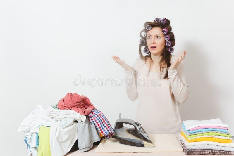 Ung nätt hemmafru Kvinna på vitbakgrund Hushållningbegrepp Kopieringsutrymme för annonsering arkivfoto