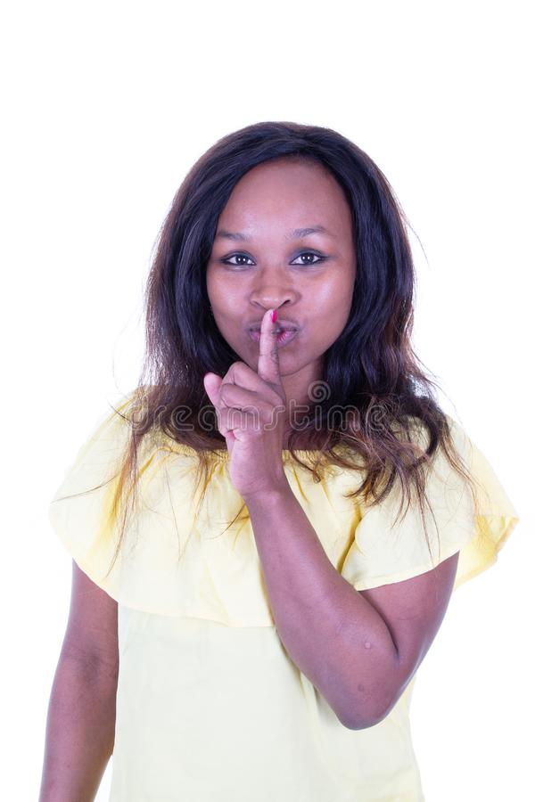 Ung nätt kvinna för afrikansk amerikan som säger shhh arkivbild