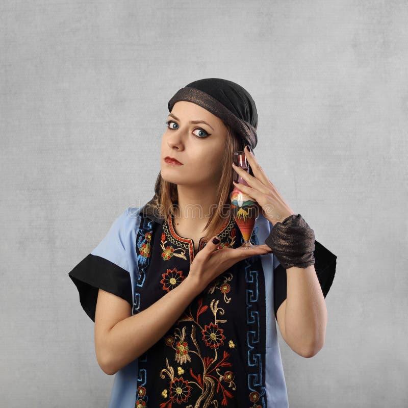 Ung nätt kvinna i östlig klänning arkivfoto