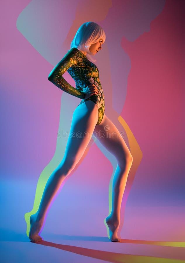 Ung nätt kvinna i bodysuit royaltyfri fotografi