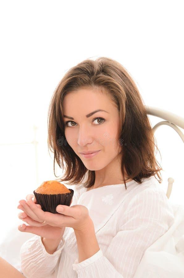 Ung nätt kvinna med den lilla kakan royaltyfri foto