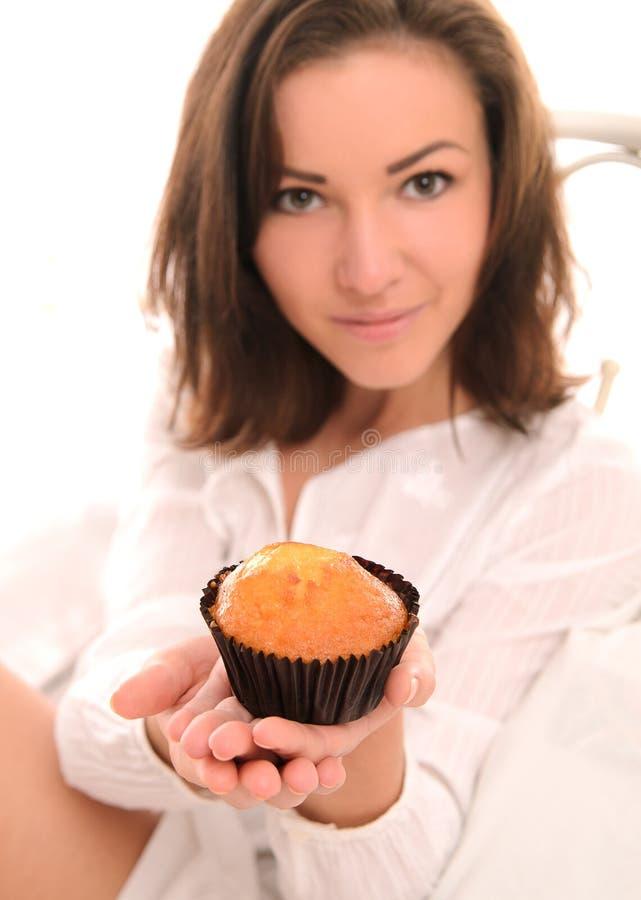 Ung nätt kvinna med den lilla kakan royaltyfria bilder