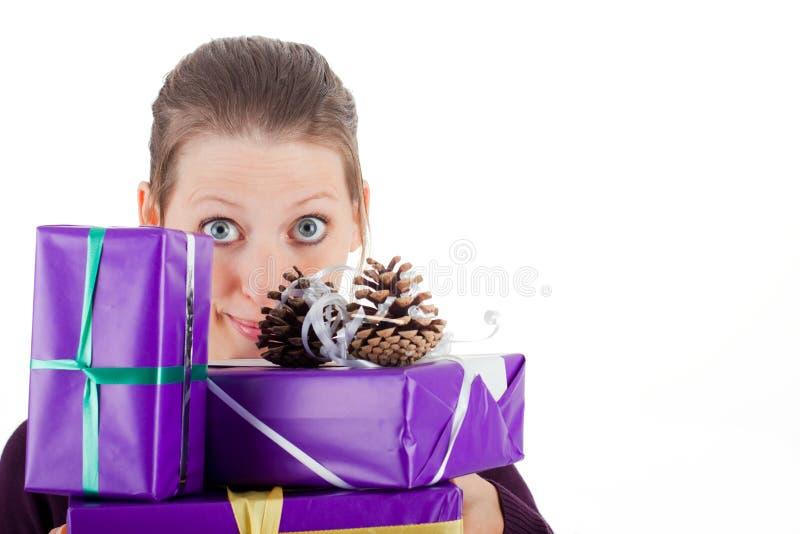 Ung nätt kvinna med gåvor royaltyfri foto