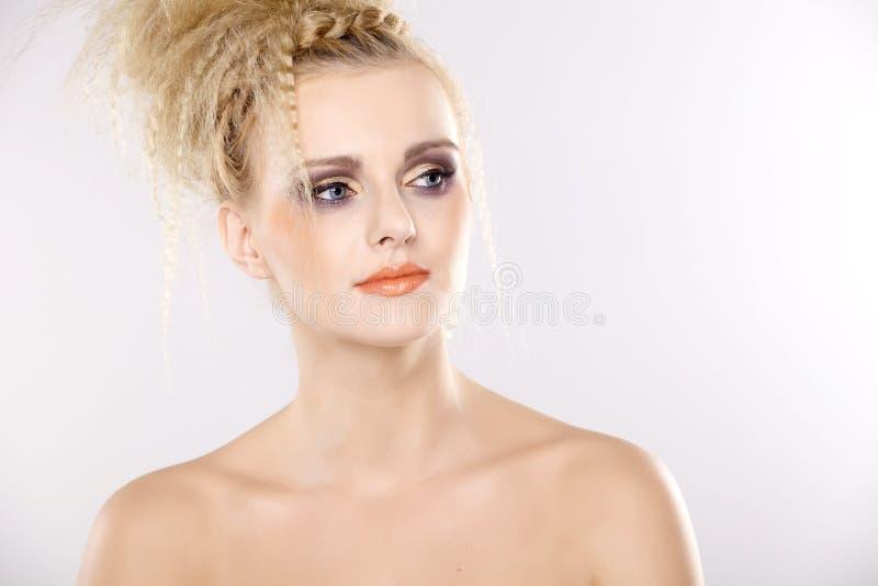 Ung nätt kvinna med härliga blonda hår fotografering för bildbyråer