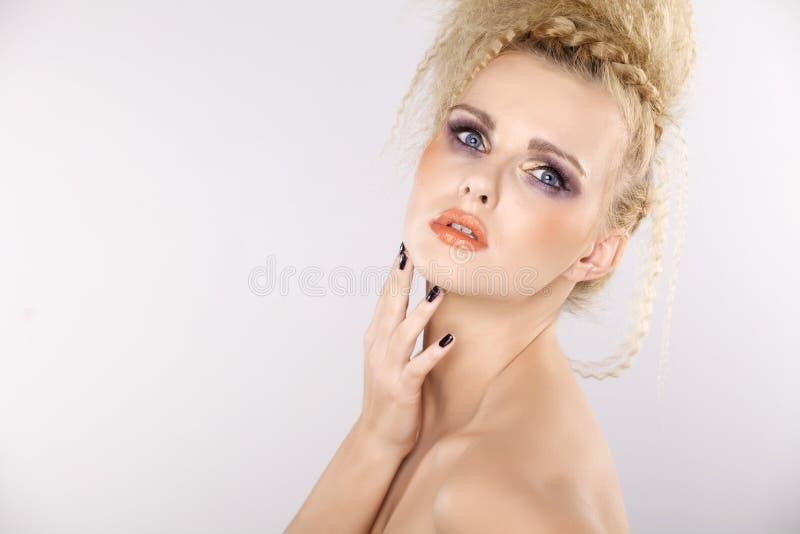 Ung nätt kvinna med härliga blonda hår arkivbild