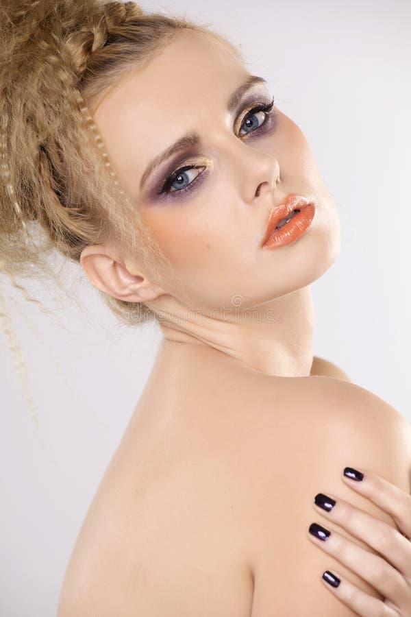 Ung nätt kvinna med härliga blonda hår royaltyfri foto