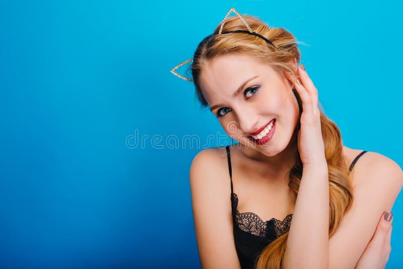 Ung nätt kvinna med härligt leende, blåa ögon, trevlig hud, känslig blick, på partiet, maskerad, karneval som poserar till arkivbild