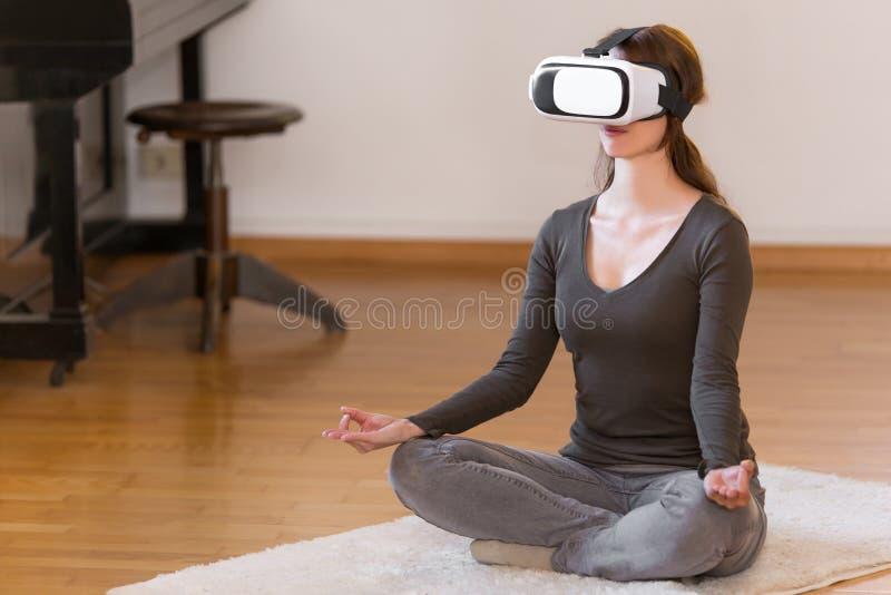 Ung nätt kvinna med virtuell verklighetexponeringsglas fotografering för bildbyråer