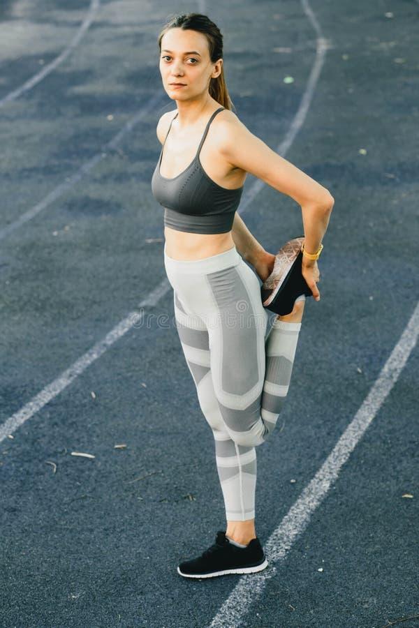 Ung nätt kvinna som gör utomhus- övning i New York fotografering för bildbyråer
