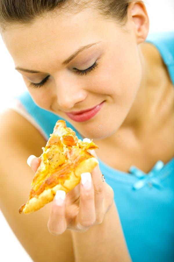 Ung nätt kvinna som rymmer en skiva av pizza royaltyfri fotografi