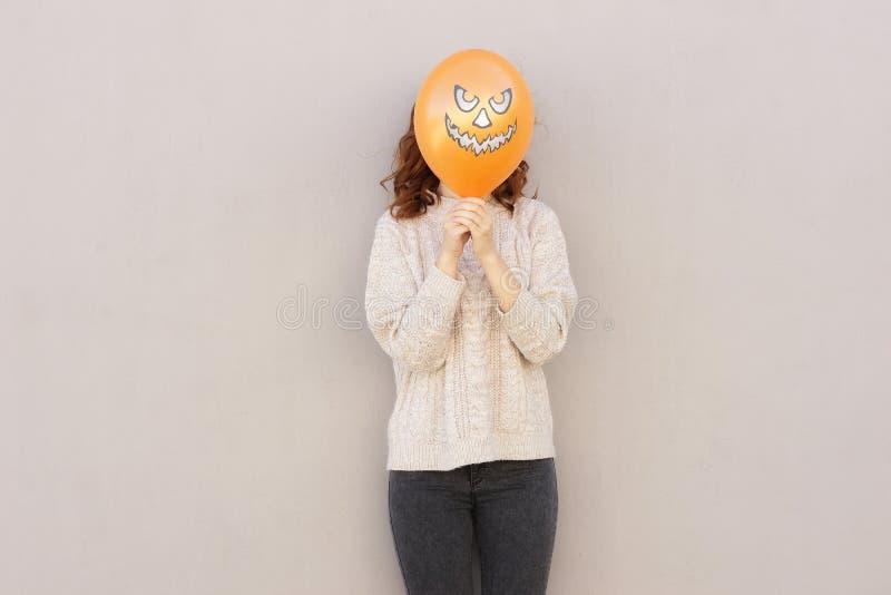 Ung nätt kvinna som rymmer halloween ballon fotografering för bildbyråer