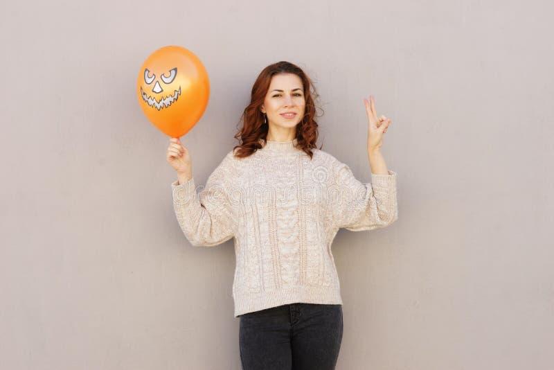 Ung nätt kvinna som rymmer halloween ballon royaltyfria bilder