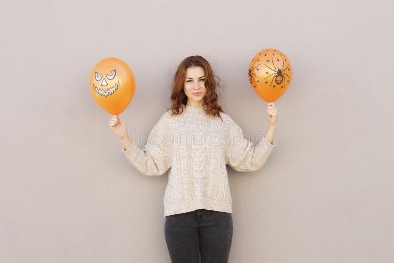 Ung nätt kvinna som rymmer halloween ballon royaltyfri fotografi