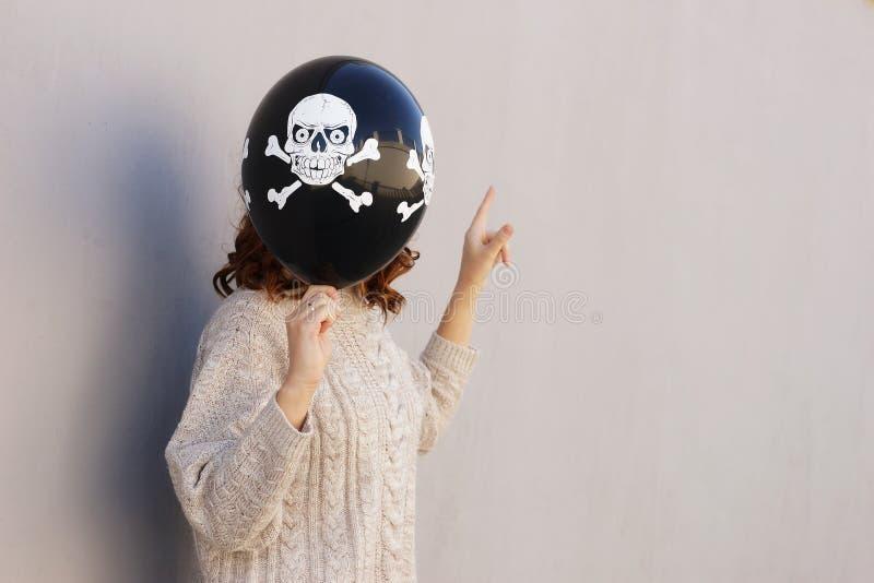 Ung nätt kvinna som rymmer halloween ballon royaltyfri bild