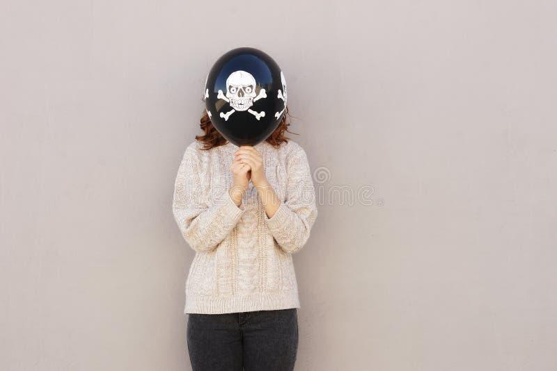 Ung nätt kvinna som rymmer halloween ballon arkivfoto