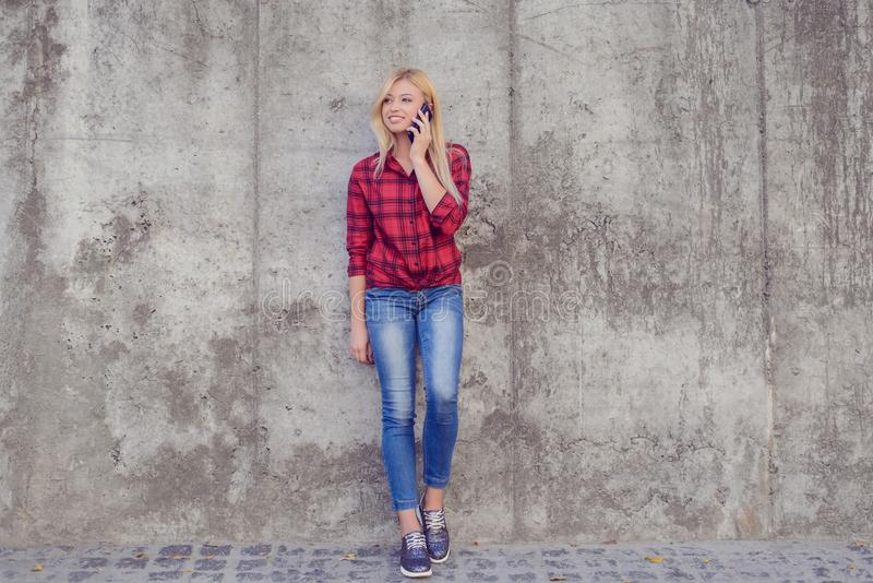 Ung nätt kvinna som talar på mobiltelefonen, medan ha en gå I royaltyfri fotografi