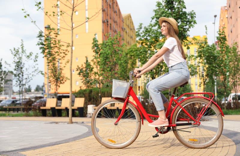 Ung nätt kvinnaridningcykel i stad fotografering för bildbyråer