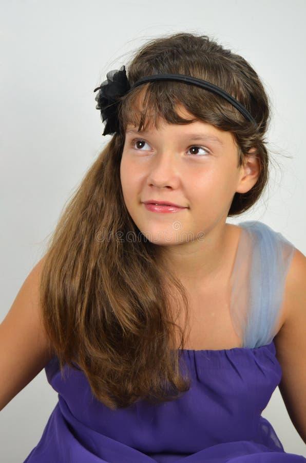 Ung nätt lady med långt hår fotografering för bildbyråer