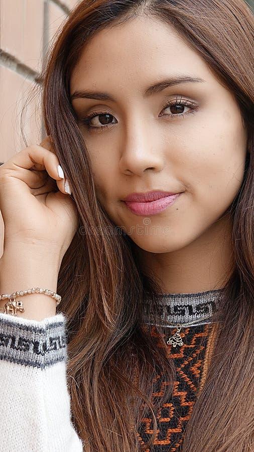 Ung nätt peruansk kvinna royaltyfria foton