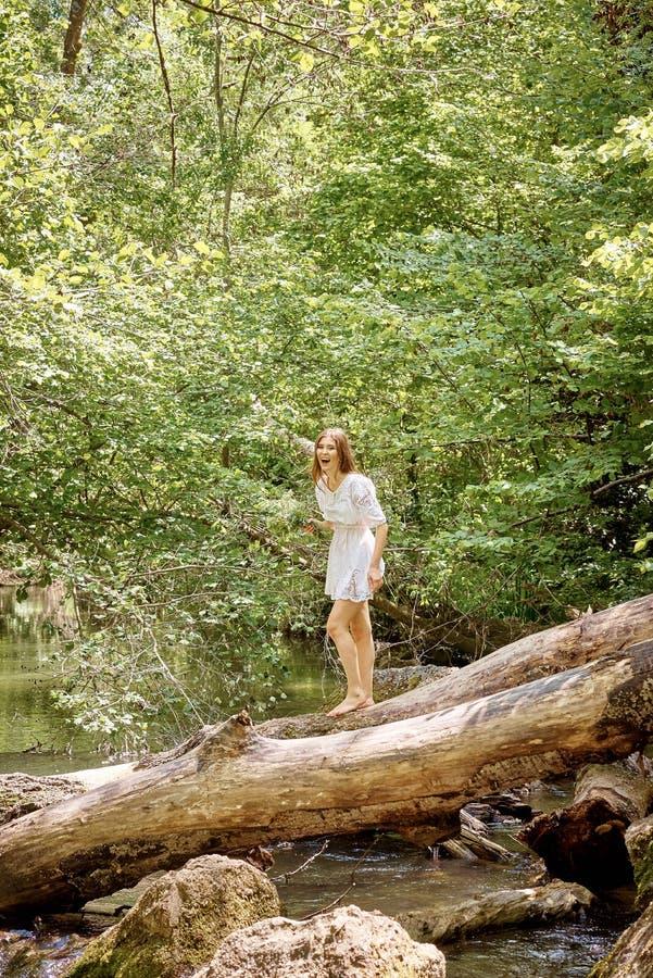 Ung nätt sexig kvinna utomhus arkivfoton