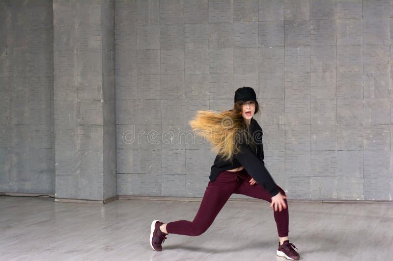 Ung nätt skicklig rapdansare royaltyfri bild