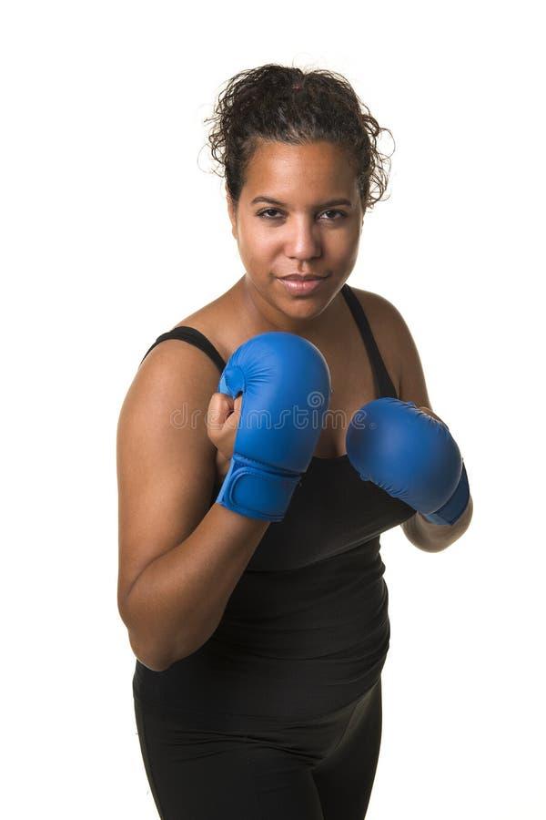 Ung nätt svart kvinna med boxninghandskar som isoleras på en vit royaltyfri bild