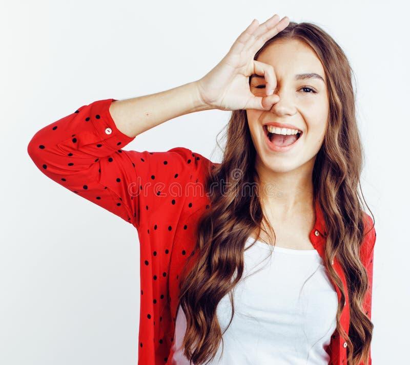 Ung nätt tonårs- hipsterflicka som poserar emotionellt lyckligt le på vit bakgrund, livsstilfolkbegrepp arkivfoto