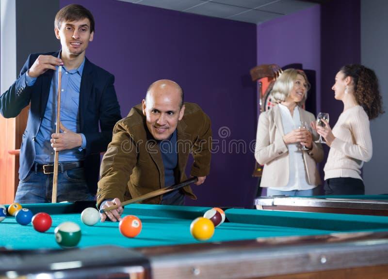Ung och gammal man spelar miljarder royaltyfria foton