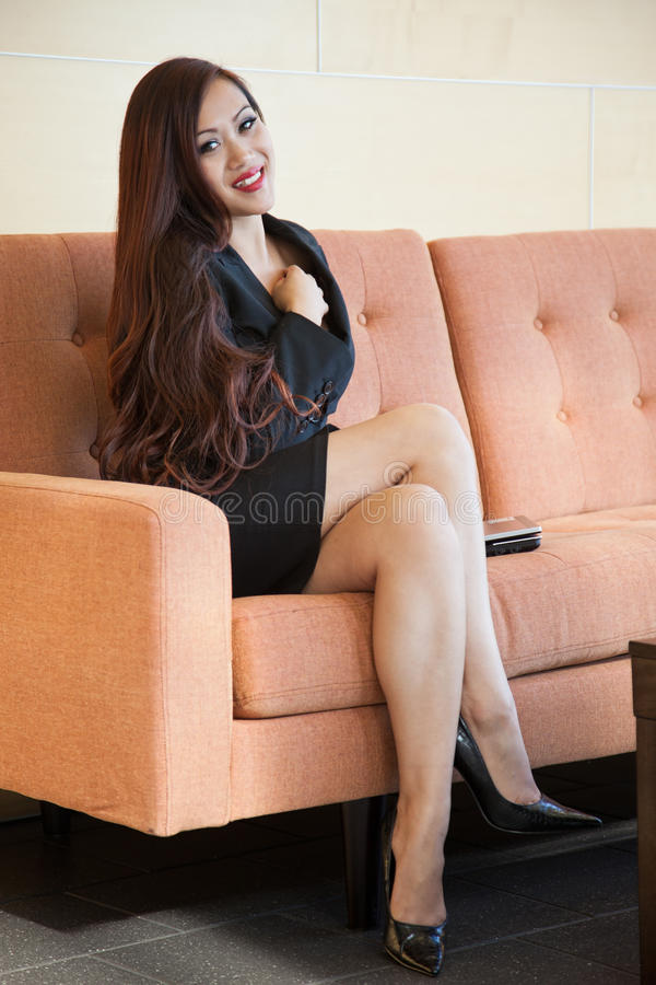 Ung och härlig asiatisk affärskvinna royaltyfri foto