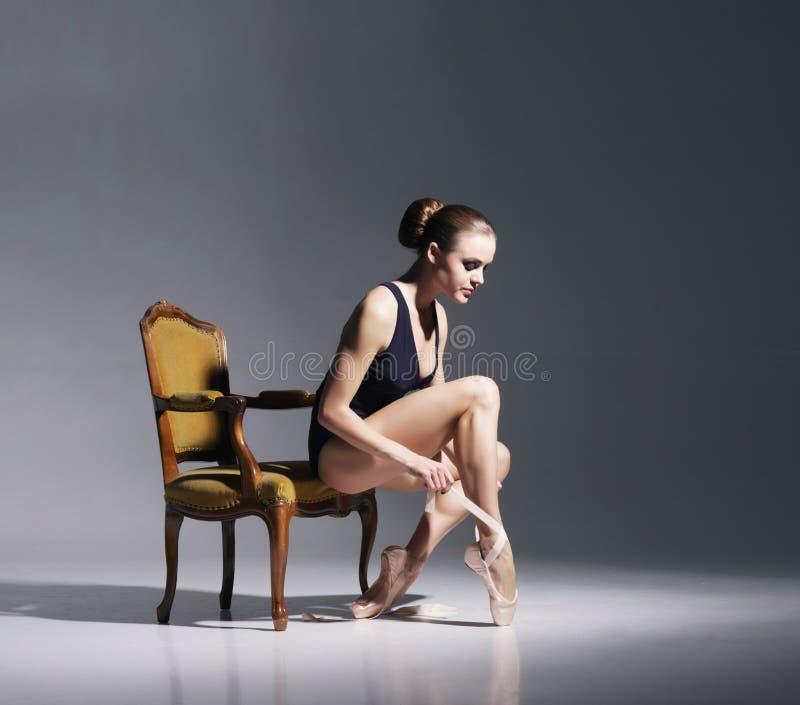 Ung och härlig ballerina med en perfekt kropp arkivfoton