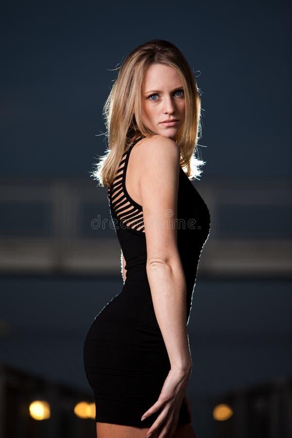 Ung och härlig blond caucasian affärskvinna arkivfoto