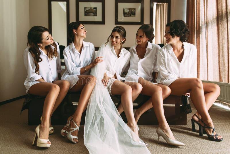 Ung och härlig brud med flickvänner royaltyfria bilder