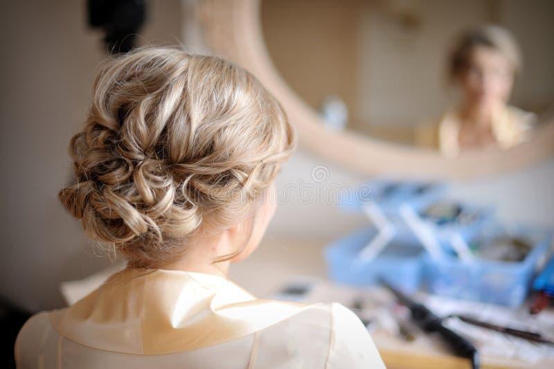 Ung och härlig flicka som förbereder makeup fotografering för bildbyråer
